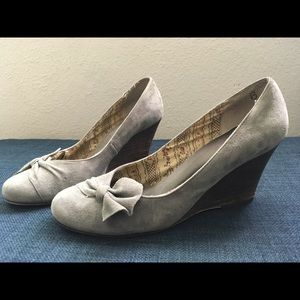 Suede Seychelles Bow Wedge, Size 6